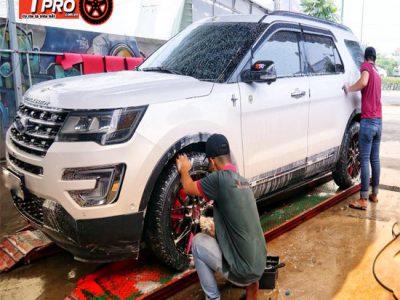 nhân viên rửa xe ô tô xe máy