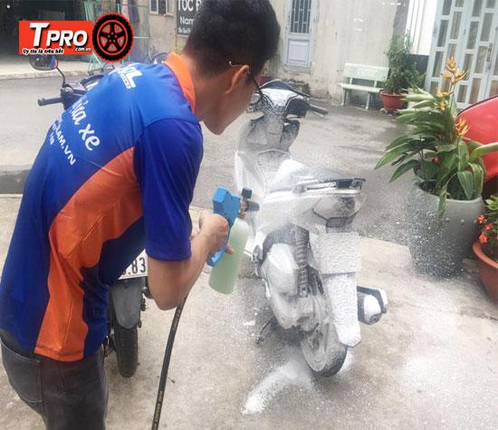 rửa xe bằng bình bọt tuyết cầm tay
